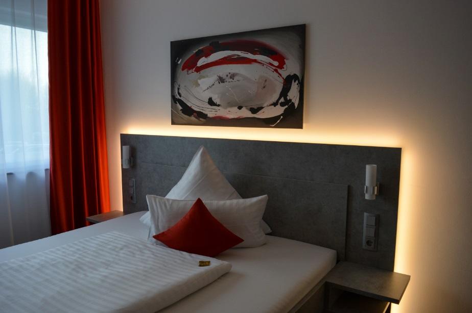 Oświetlenie w sypialni - ciepłe nastrojowe światło