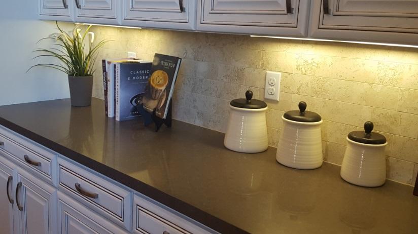 Podświetlenie blatu w kuchni żarówkami liniowymi LED